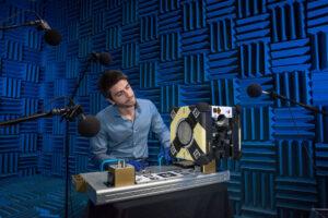 Roberto Carlino, zodpovědný za elektroniku a její integraci, testuje Honeyho vakustické komoře Amesova střediska NASA.