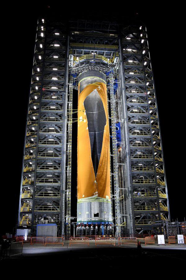 Prasklá vodíková nádrž SLS z destrukčního testu