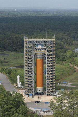 65 metrů vysoká věž na Marshallově středisku slouží ke strukturálním zkouškám vodíkové nádrže centrálního stupně rakety SLS.