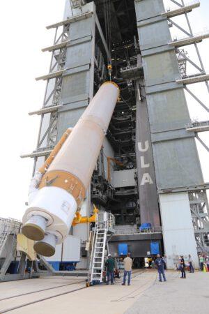 Zvedání centrálního stupně rakety Atlas V pro misi OFT.