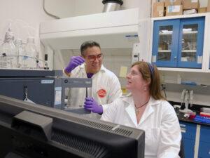 Jose Aponte a Hannah McLain pracují v astrobiologické analytické laboratoři Goddardova střediska. Hledají aminokyseliny ve vzorcích z Měsíce, meteoritech či kometárním prachu.