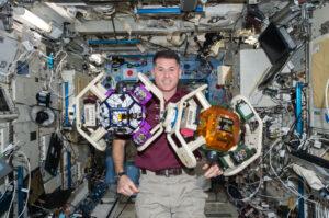 Astronaut Shane Kimbrough předvádí drony SPHERE osazené periferiemi HALO. Tato šestihranná konstrukce, upevněna po obvodu těla robota, umožňovala připojení nejrůznějších periferních zařízení pro rozšíření schopností a možností dronů. Spadají sem dockovací porty, optické senzory, termo kamery, gyroskopy, ale také dálkově ovládané robotické paže.