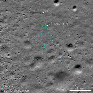Místo dopadu landeru Vikram a související pole trosek. Zelené tečky značí jednotlivé úlomky (jak potvrzené, tak i pravděpodobné). Modře je vyznačen narušený regolit. Místo označené písmenem S odpovídá lokalitě, kterou určil Šanmuga Subramanian. Obrázek vznikl složením dvou snímků pořízených 11. listopadu.