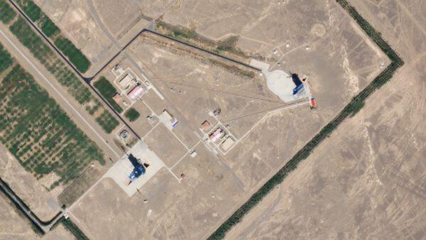 Část kosmodromu Ťiou-čchüan. Vpravo je zachycena rampa 603, uprostřed je patrné místo pro skladování pohonných látek a vlevo je rampa 921.