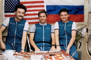 Posádka expedice EO-22: (zleva) Kaleri, Blaha, Korzun