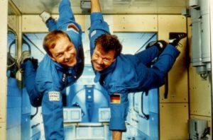 Hans Schlegel (vlevo) a Reinhold Ewald na ne zcela vážně míněné fotografii v období výcviku