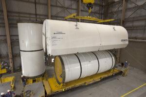 Makety segmentů urychlovacích motorů rakety SLS mají stejné rozměry, hmotnost (136 tun) i pozici těžiště jako letový hardware - jen v nich není pohonná směs.