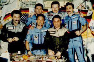 Skupinové foto expedice EO-22, EO-23 a Reinholda Ewalda