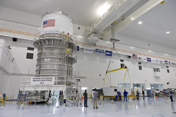 Vlevo horní stupeň ICPS pro Artemis I, vpravo adaptér Orion Stage Adapter (OSA), duben 2018