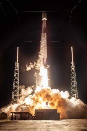 Start Falconu 9 na misi s družicí Telstar 18V - stejný první stupeň poletí i na aktuální misi.