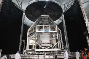 Orion ve vakuové komoře, uvnitř tepelné klece Heat Flux. Následně byla klec obklopena kryogenním krytem (velké panely na fotografii před uzavřením), který zajišťuje chladné teploty