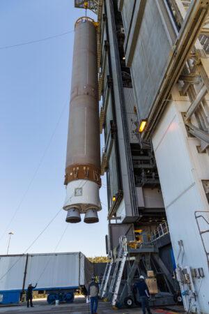Zvedání centrálního (prvního) stupně rakety Atlas V pro sondu Solar orbiter.