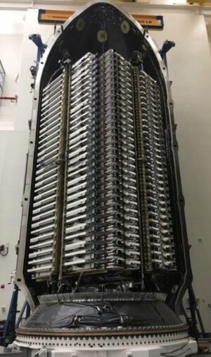 Šedesátka družic Starlink namačkaná v aerodynamickém krytu Falconu 9.