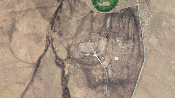 Kosmodrom Jasnyj je nenápadný také z výšky. Snímek byl pořízen 5. srpna 2019
