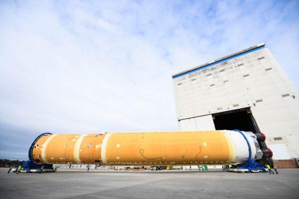 Centrální stupeň rakety SLS určené pro misi Artemis I