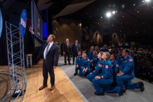Administrátor NASA se ještě na pódiu vyfotil s novými astronauty (a astronautkami).