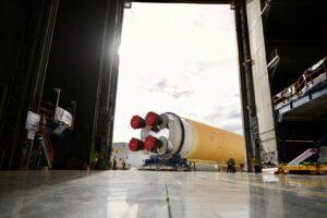 Vývoz prvního dokončeného centrálního stupně rakety SLS.