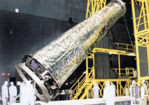 Montáž rentgenového teleskopu Chandra.
