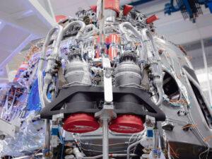 Motory SuperDraco během přípravy lodi Crew Dragon.