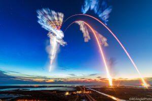 Společná kompozice časosběrných záběrů na start Starlineru i Crew Dragonu