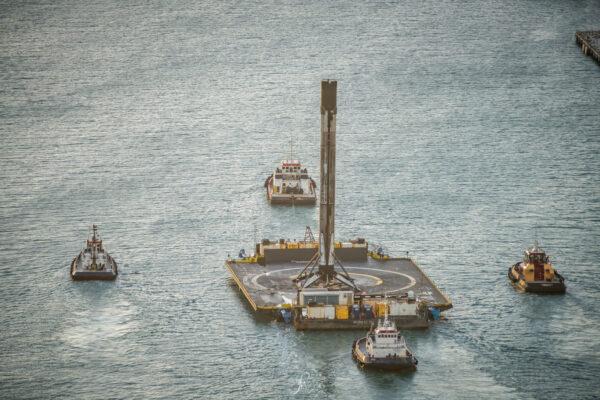 Plošina OCISLY obklopená doprovodnými plavidly.