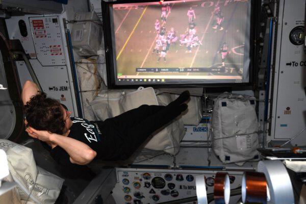 Christina Koch při trávení volných chvil na ISS