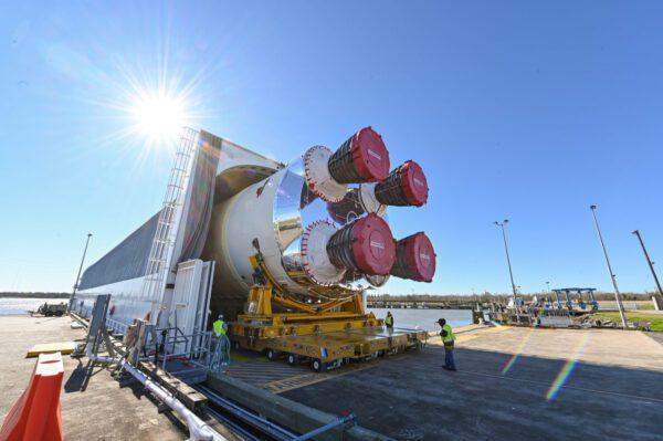 Centrální stupeň SLS pro misi Artemis I při nakládání na člun Pegasus.