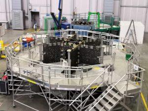 Stavba servisního modulu Orionu pro misi Artemis III v hale společnosti Thales Alenia Space v Turíně