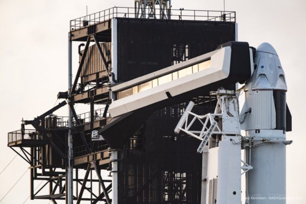 Horní část rampy 39A a Crew Dragon s maketou druhého stupně