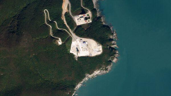 Snímek pořízený 10. října 2019 zobrazuje část komplexu kosmodromu v Jižní Koreji. Ve střední části je patrná odpalovací rampa.