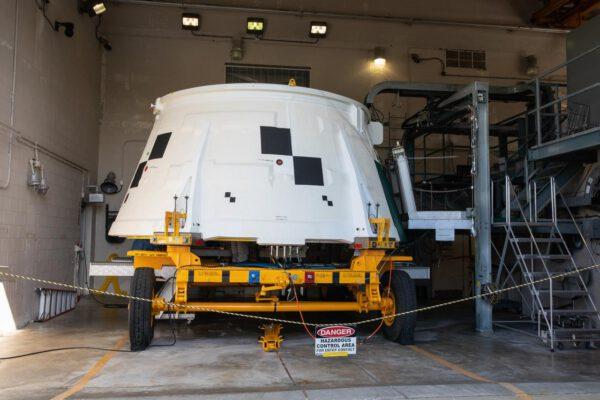 Spodní lem aft skirt jednoho ze dvou boosterů pro Artemis I v budově Booster Fabrication Facility (BFF) v KSC, 16. října. Spodní lem obsahuje systém řízení vektoru tahu, který bude řídit trysku boosteru na základě příkazů z avioniky boosteru.