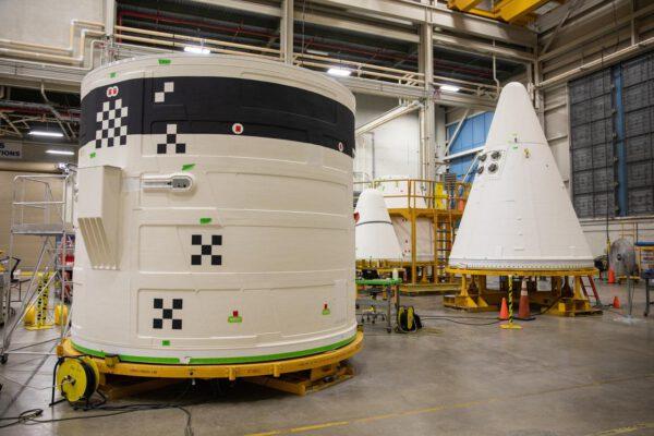 Horní části boosterů pro Artemis I v budově BFF, 16. října. Horní lem forward skirt (vlevo) obsahuje avioniku boosteru, horní kužel nose cone slouží jako aerodynamický kryt.