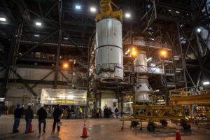 Spodní i centrální segment pathfinderu vzletového stupně SRB jsou připraveny v hale VAB ke zkouškám, 19. listopadu