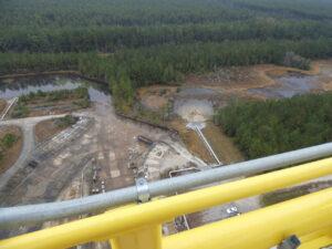 Na fotografii pořízené ze stanoviště B-2 je vidět vpravo v terénu bílé potrubí určené pro vypouštění kapalného kyslíku po WDR. Potrubím budou z kyslíkové nádrže vypouštěny zbytky kapalného kyslíku i po zážehovém testu Green Run. Plynný kyslík bude vypouštěn z portu v horní části stupně na forward skirtu.