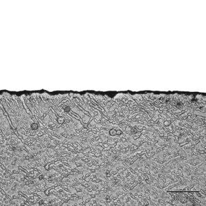 Mikroskopický pohled na vrstvičku Solar Black - ta je silná pouze několik tisícin milimetru.