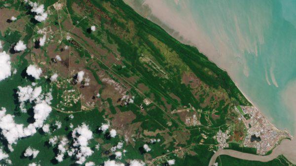 """Pohled na kosmodrom v Kourou získaný družicí Sentinel-2A 6. března 2017. Přibližně 15 kilometrů severozápadně od hlavního města lze v levém horním rohu obrázku vidět prostory evropského kosmodromu. Družice Sentinel-2A byla vypuštěna v noci ze 6. na 7. března 2017 spolu se svým """"dvojčetem"""", družicí Sentinel-2B."""
