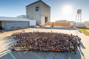 Pracovníci Michoud Assembly Facility se loučí s prvním dokončeným centrálním stupněm rakety SLS.