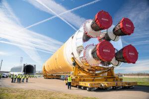 65 metrů na délku a 8,5 metru v průměru - dva údaje, které vypovídají o rozměrech centrálního stupně rakety SLS.