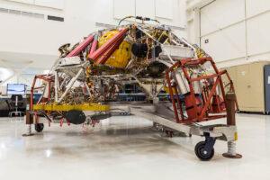 Nebeský jeřáb, který nese Mars rover 2020 k povrchu rudé planety.