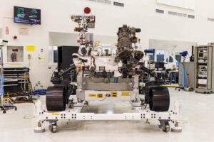 Mars rover 2020 v čisté místnosti JPL.
