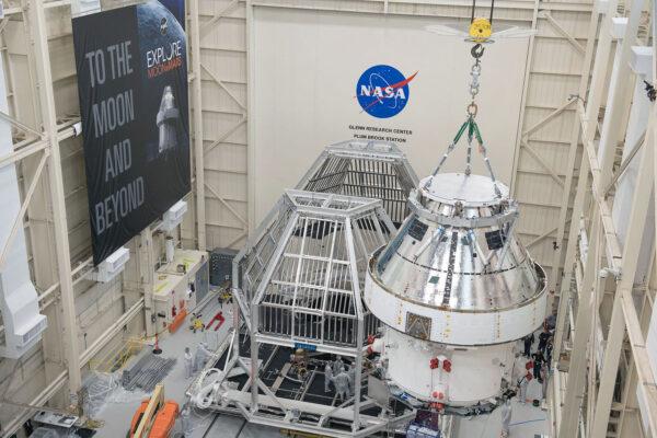 Ukládání Orionu do tepelné klece Heat Flux. Klec bude v daném okamžiku zahřívat určité části kosmické lodě. Stříbrná mylarová fólie na vnější stěně kabiny Orionu slouží k určení, které části povrchu jsou během testů zahřívány nebo chlazeny.