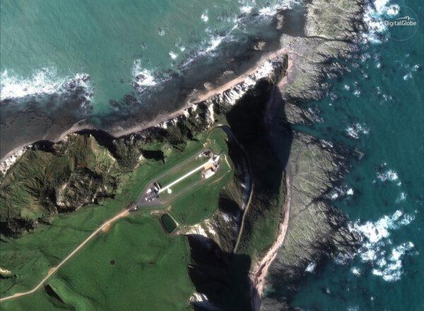 Raketová základna společnosti Rocket Lab je netradiční jak svým umístěním, tak například svou rozlohou. Snímek pořídila družice WorldView-2 v roce 2017 z výšky 770 km.