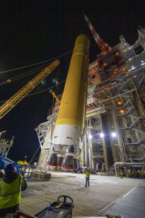 Zvedání centrálního stupně rakety SLS.