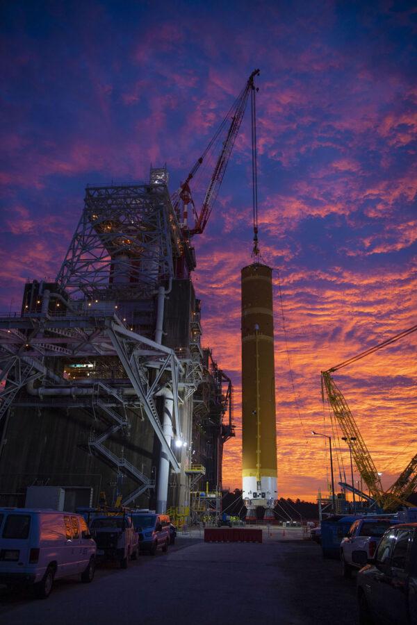 Skoro až kýčovitě krásná fotografie centrálního stupně rakety SLS na testovacím stanovišti B-2.