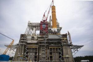 Usazování centrálního stupně rakety SLS na testovací stanoviště.
