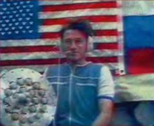 Foale během televizní reportáže ukazuje germoplatu.