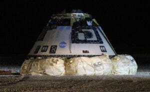 Starliner ukončil misi OFT nočním přistáním v Novém Mexiku.