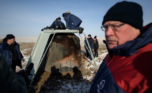 Výstup posádky ze Sojuzu MS-13