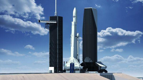 Falcon Heavy s větším aerodynamickým krytem a vertikální obslužnou věží