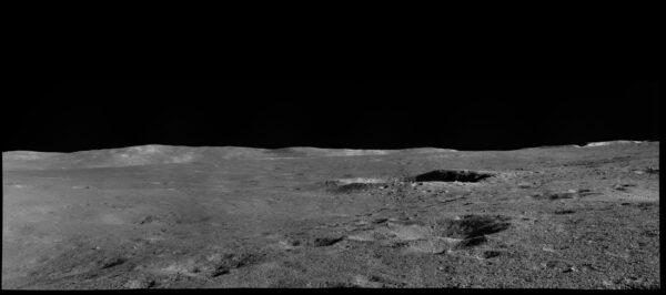 Očami rovera 12/12 - táto fotka je zaujímavá tým, že kráter v jej strede je potenciálnym cieľom výskumu rovera